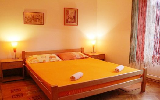 studio orange krevet